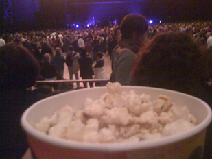 Je mange des pop-corns pendant un concert d'Indochine